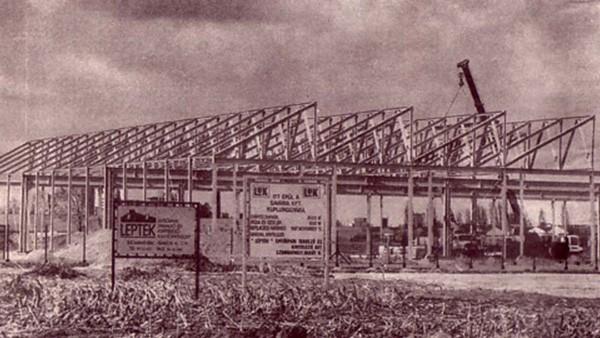 Az építkezés a januári alapkőletételt követően az év elején kezdetét vette. A próbagyártás novemberben indult.