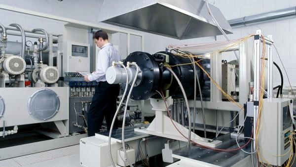 Szolgáltatásaink a leírt termékek fejlesztése és gyártása mellett próbapados vizsgálatok és előpróbák elvégzésére, valamint az űrtechnika területén alkalmazott csapágyazások diagnosztikájára és felújítására is kiterjednek.